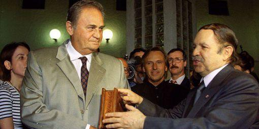 Le président algérien Abdelaziz Bouteflika avec l'acteur français Roger Hanin