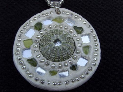 Incrustation de coquillages, verres polis et perles de verre dans de l'argile brésilien