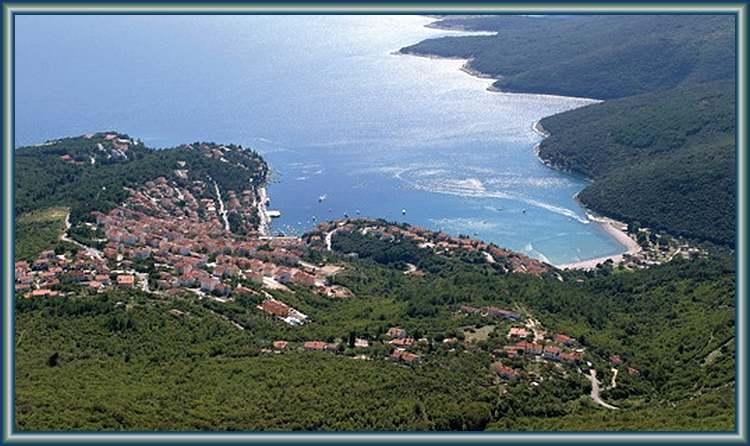 Voici une vue générale de Rabac en Croatie