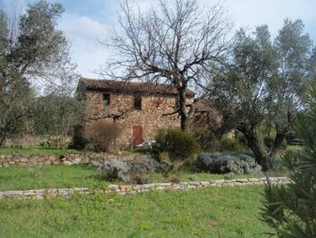 Jolie maison de pierre au bord de l'eau