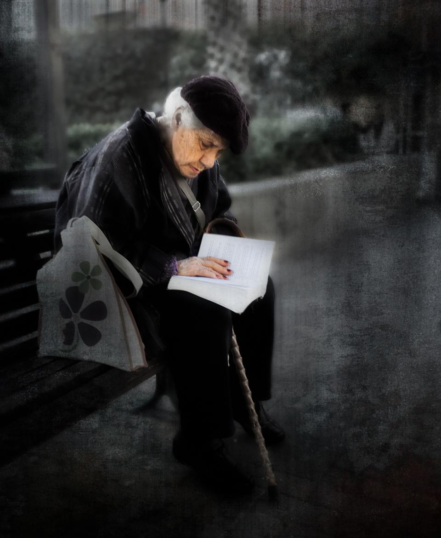 Resultado de imagem para old woman reading in bed