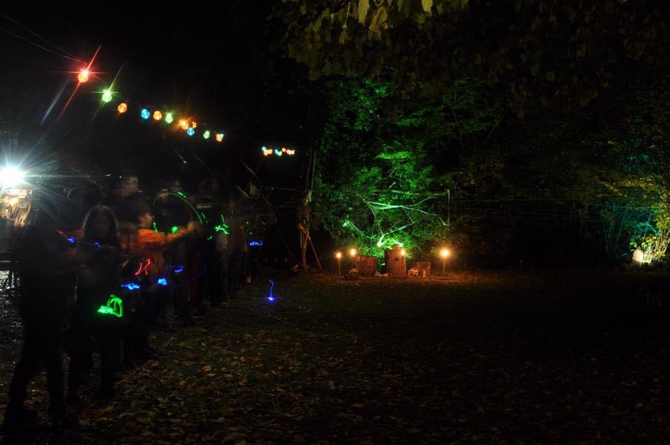 L'image contient peut-être: une personne ou plus, personnes debout, nuit, arbre, plante, plein air et nature