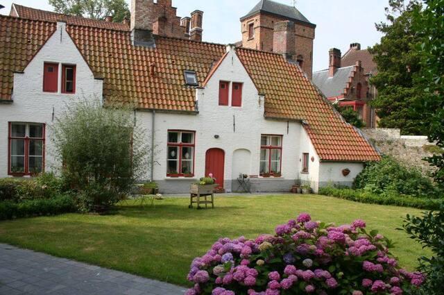 Bruges & Damme vus par un touriste australien et une jardinière belge
