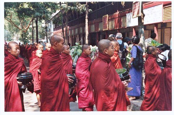 le repas des moines au monastère de Shwenandaw