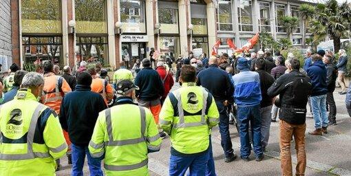 Une centaine d'agents territoriaux ont manifesté, ce mardi 6avril, devant l'Hôtel de ville de Lorient contre la mise en place des 1607heures de travail dans la fonction publique.
