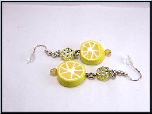 Boucles d'oreille tranche citron en fimo et perle.
