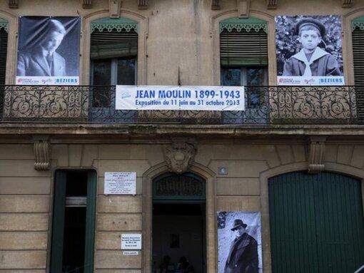 """Il n'y a qu'un seul héros à Béziers : Jean Moulin... Une pancarte vue hier au cours d'une manifestation contre le maire extrémiste """"Pétain revient, t'as oublié Ménard"""""""