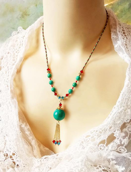 Collier pendentif Turquoise / rouge, pierre de turquoise verte et cristal de Swarovski / plaqué or 14 kt gold filled et métal doré