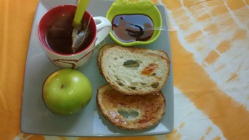 Idée de petit dej: Pain, miel et thé