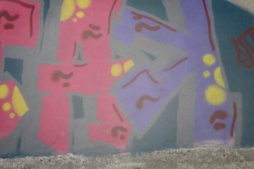 Une petite fille sur un mur