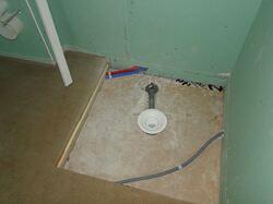 Le réserve faite pour implanter le siphon de la future douche