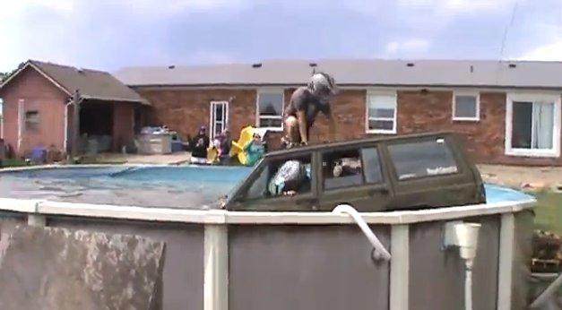 Ils terminent leur course dans la piscine après avoir voulu passer par dessus en Jeep