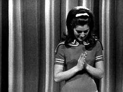 Octobre 1966 : La petite robe rouge et or.