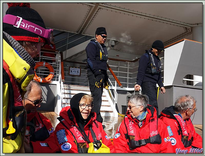 De retour en Zodiac vers le navire pour rembarquer, nous allons bientôt reprendre la navigation vers notre prochaine étape : Illulissat - Groenland