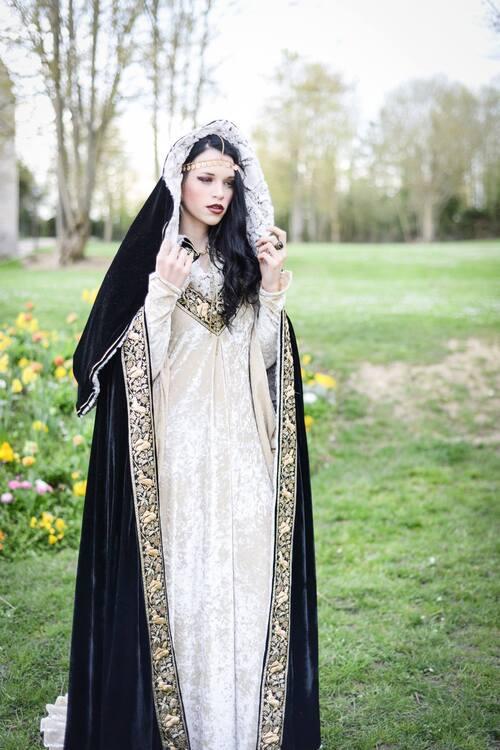 """Robe de Mariée médiévale d'hiver et sa cape assortie """"Likorn"""""""