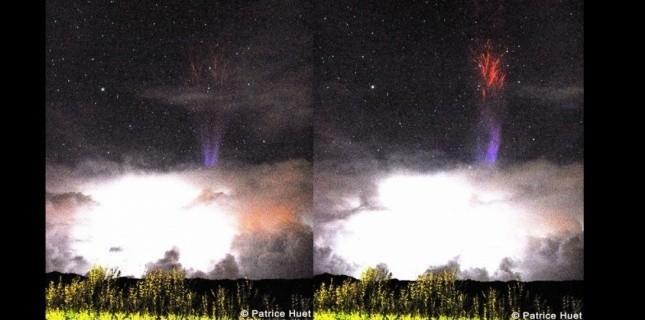 La lumière bleue est à la base du jet, la rouge dans la partie haute. La lumière est produite par les molécules d'azote de l'air : lorsqu'elles sont excitées leurs électrons changent de niveau d'énergie. Quand les électrons reviennent à leur état initial ils produisent une lumière, bleue ou rouge en l'occurrence. (Patrice Huet)