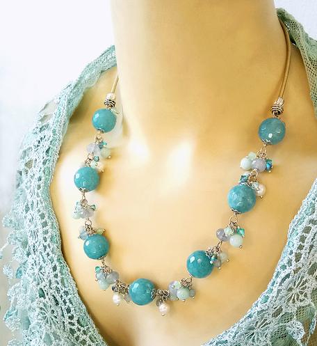 Collier Grappe Pierre de Quartz bleu facetté, Amazonite, perles de Culture et Cristal de Swarovski / Cuir et Plaqué argent