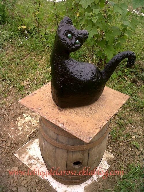 Un chat dans le jardin/ A cat in the garden