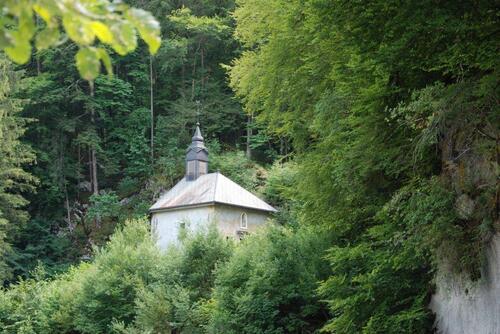 U ne petite chapelle nichée dans la nature