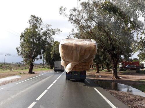 Un camion lourdement chargé.