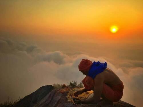 Offrande au sommet de la montagne Arunâchala
