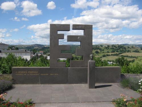 Monument dédié à Georges Pompidou à St Flour et les orgues balsaniques