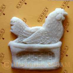 poule en massepain réalisée dans un moule en bois - Arts et sculpture: sculpteur sur bois