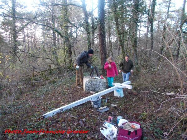Un bel exemple de sauvetage du petit patrimoine rural du Châtillonnais : la croix du Mont Roussillon a été restaurée...