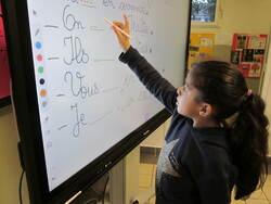 Les élèves de CE1 B s'approprient l'écran numérique interactif