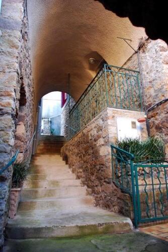 Passage couvert et escalier