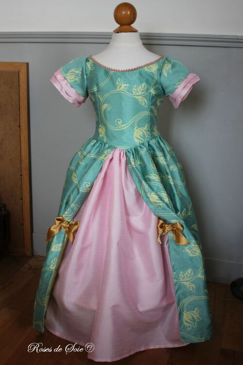 Robe turquoise et rose