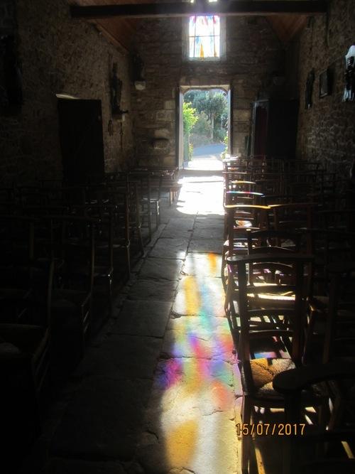 La lumière de la Paix à travers le vitrail
