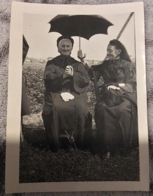La Mère et soeur Deregnaucourt en 1932 (archives Bec-fin Line)