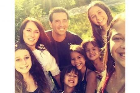 Ils tiennent leur promesse et adoptent les quatre filles de leur amie décédée