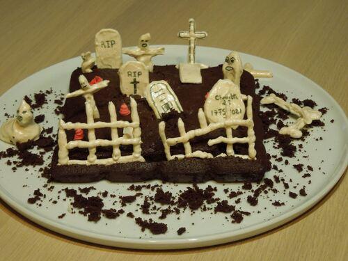 cimetière en meringue sur gâteau au chocolat