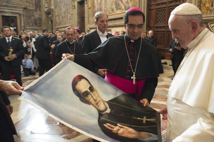 © L'Osservatore Romano - le pape François devant un portrait d'Oscar Romero, 30 octobre 2015