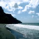 Les hautes falaises vers le nord et la plage Sinaille - Photo : Hervé