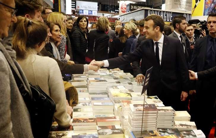 Emmanuel Macron inaugure le Salon du livre en boycottant le stand russe