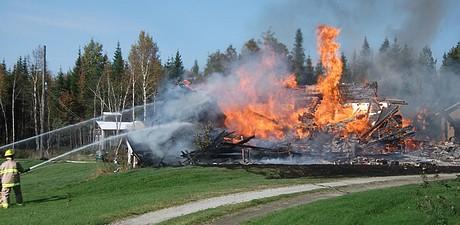 Vendredi 7 octobre 2011: À Milan, une résidence rasée par les flammes