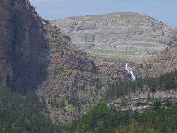 """Zoom sur la cascade de Cotatuero. En jaune, très approximatif, le trajet de montée par les """"clavijas"""""""