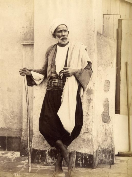Portrait d'un Tunisien en habit traditionnel. 1880