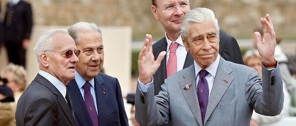 Yves Guéna à droite avec Pierre Mazeaud à gauche et Charles Pasqua au centre, en 2009.