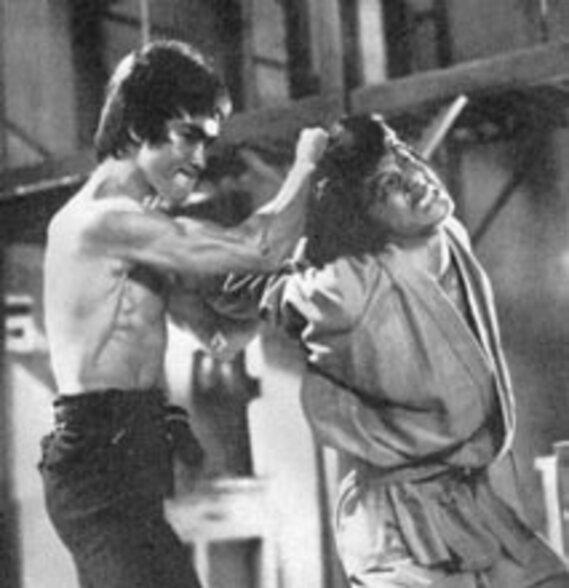 Jackie Chan, martyrisé par Lee dans Opération Dragon