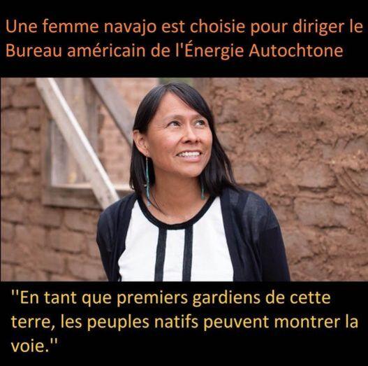 """Peut être une image de 1 personne et texte qui dit 'Une femme navajo est choisie pour diriger le Bureau américain de l'Énergie Autochtone """"En tant que premiers gardiens de cette terre, les peuples natifs peuvent voie."""" montrer la'"""