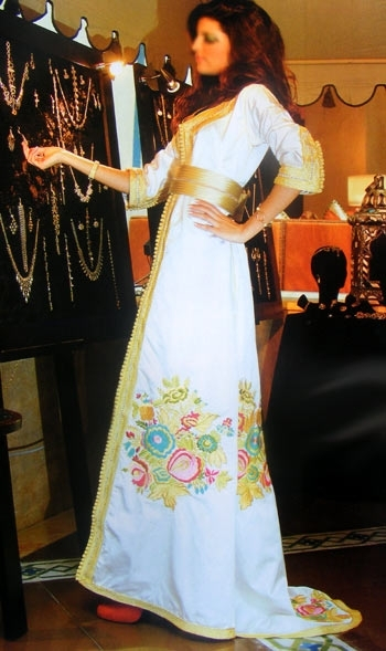 caftan de mariage travaillé Sfifa fil d'or manches 3/4, c'est une robe de mariage marocain.