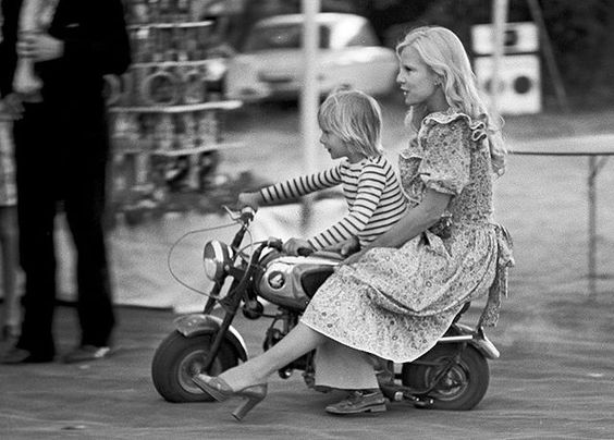 Les plus belles photos des archives de @parismatch_magazine  En ce jour de Fête des Mères ,  une photo joyeuse  et tendre de Sylvie Vartan avec son fils David en 1973. Photo : @jeanclaude.deutsch /#ParisMatch: