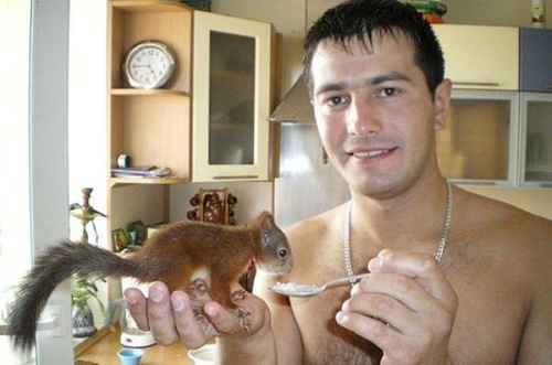 Un soldat a trouvé  pendant son service militaire,  un petit écureuil presque mourant...