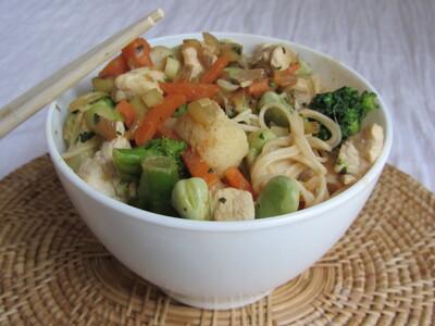 Wok de nouilles somen au poulet, lait de coco, citronelle et ses légumes