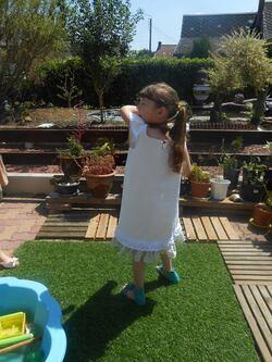 belle robe d'été fillette peinte à la main