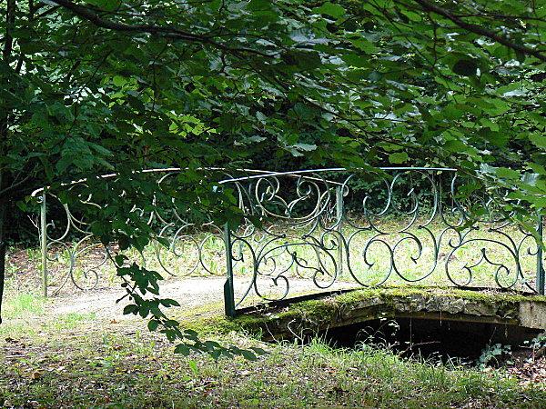 Trois Fontaines l'Abbaye Petit pont en fer menant à la fontaine